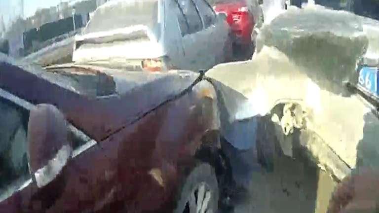 """65秒丨""""老司机""""路口未减速致7车相撞 自称有30年驾驶经验"""