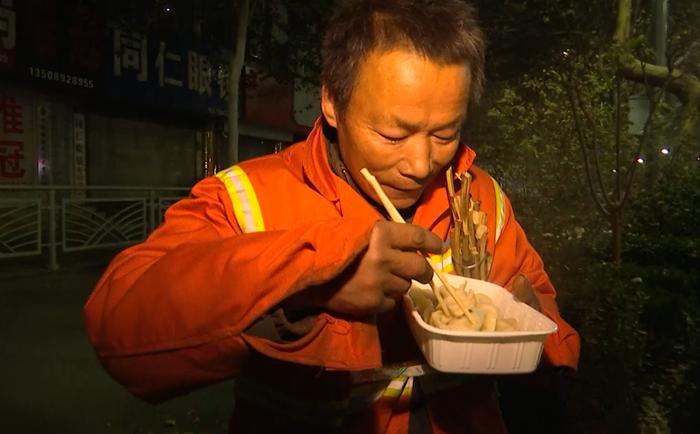 69秒|聊城夫妻俩冬至凌晨为环卫工送水饺  爱心善举持续了5年
