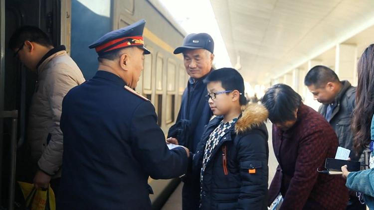 """64秒丨哐哧哐哧!淄博到泰山有趟全国最慢的""""绿皮小火车"""""""