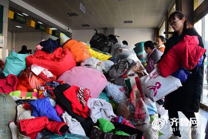 2018年12月24日,山东省茌平县金话筒语言艺术学校的老师在茌平邮政投递窗口整理捐助物资。 (34)_副本.jpg