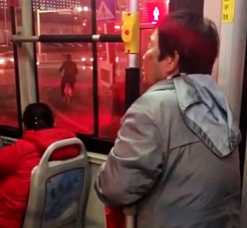 """因""""坐过站""""要求中途下车被拒 潍坊一老太太""""大闹""""公交车"""