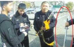 """淄博:男子身背开刃宝剑上街 """"梦想仗剑""""却被查扣"""