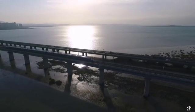 32秒丨震撼瞬间!济青高铁首班车在胶州湾特大桥上跨海而过