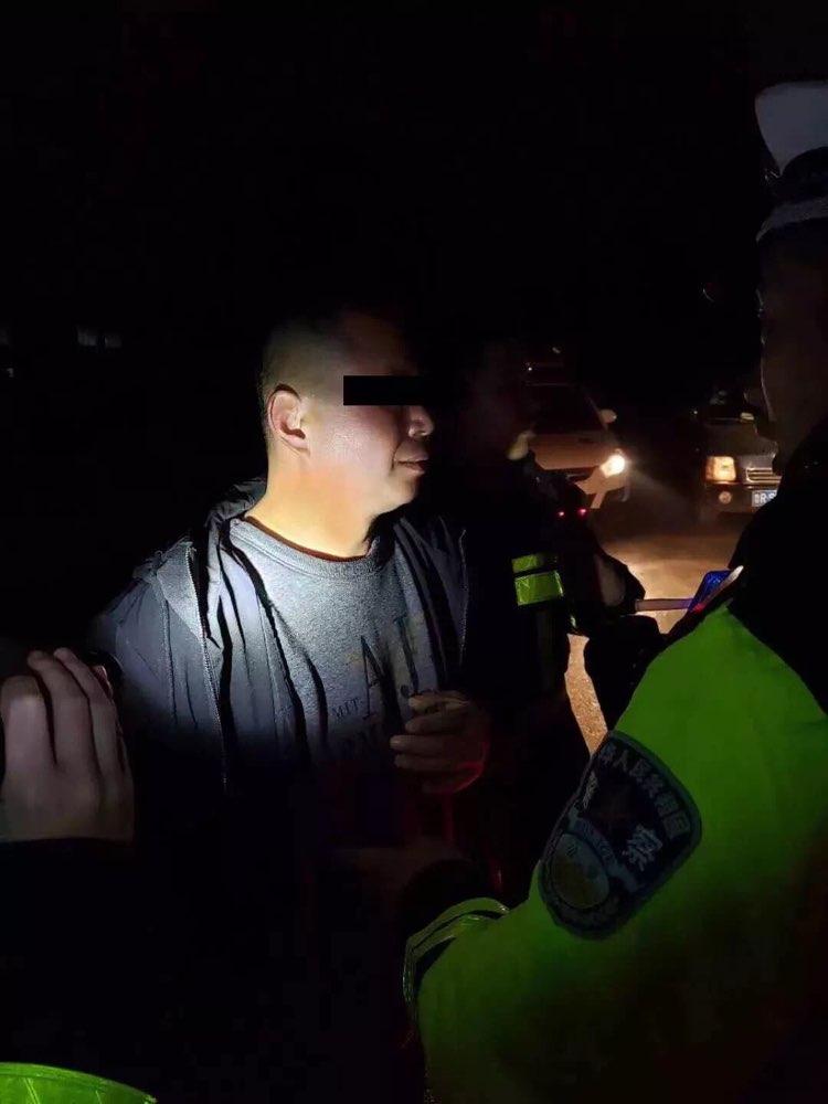 """菏泽交警夜查查获""""醉驾王"""":满车醉汉,太危险了!"""