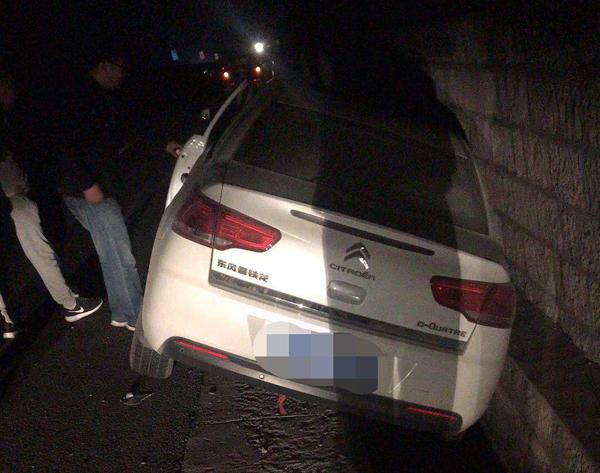 淄博:高速上驾驶员疲劳驾驶 车辆偏移十米开进排水沟