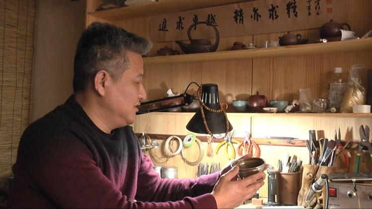 90秒丨青州非遗锔瓷传承人杨培皓 让碎瓷器演绎重生