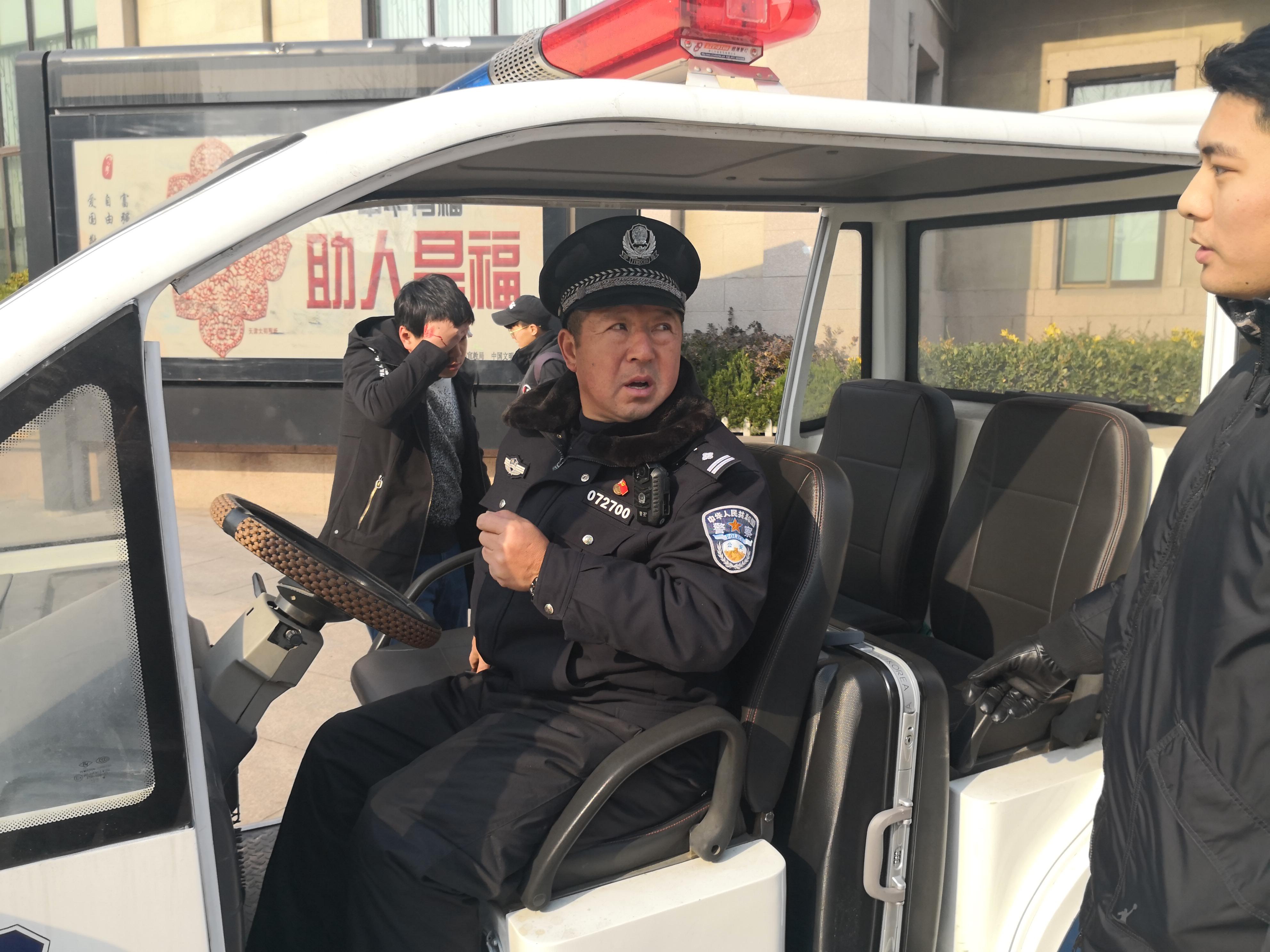 济南旅客低头走神撞破头 青岛铁警紧急救助