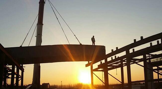 喜讯!京沪改扩建工程全线第一片钢箱梁在临沂成功吊装