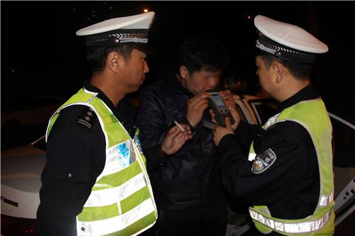 青岛酒驾违法最严整治月启动  一周市区查了136名酒司机
