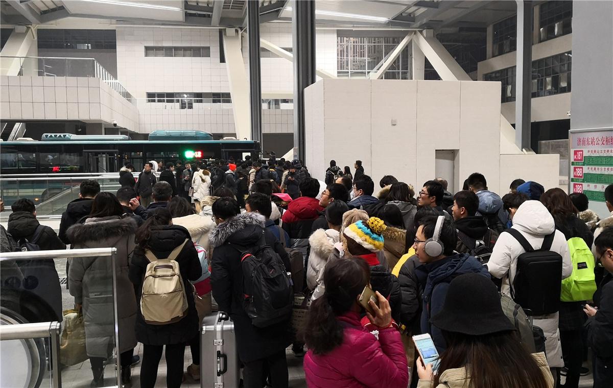 济南东站迎返程客流高峰 乘客寒风中排队等公交
