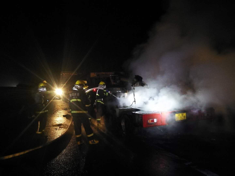 跨年夜一货车在沈海高速起火 交警消防及时施救