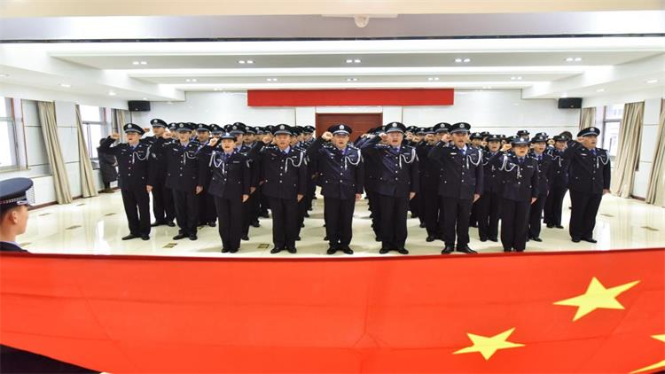 24秒   藏青蓝!威海出入境边检站民警集体换装