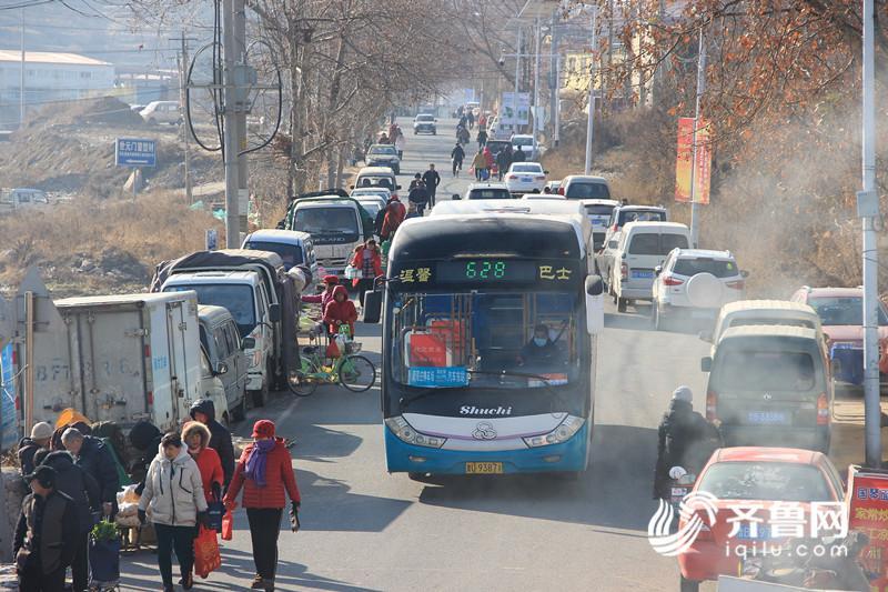 乡村道路狭窄,东陈集路边的车辆和行人会占用车行道,原本双向车道仅能公交车单向行驶。_副本.jpg
