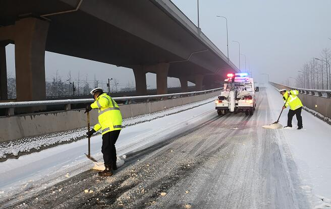 @临沂人 你在路上看雪景,有人在路上守护你!