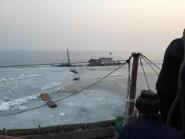 潍坊:海冰穿破船舱致5人被困 营救人员奋战2个多小时化解险情