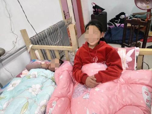 52秒丨家庭变故两姐妹相依为命住学校 她们需要一个温暖的家