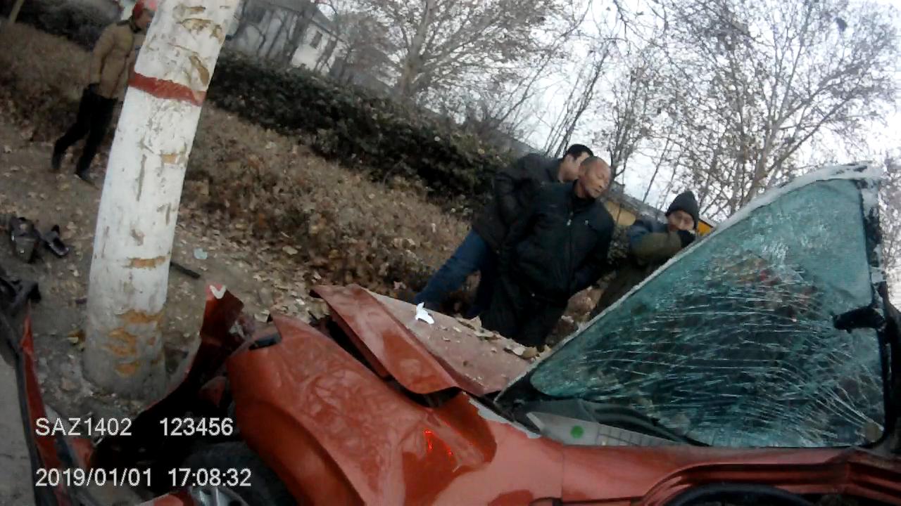 61秒丨淄博一男子酒驾飚车撞向大树 被卡车内车头撞变形