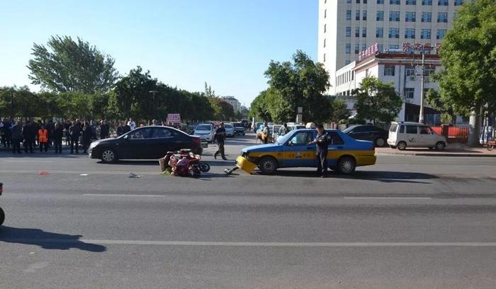 电三轮与出租车相撞驾驶员死亡 因未让行担责一半
