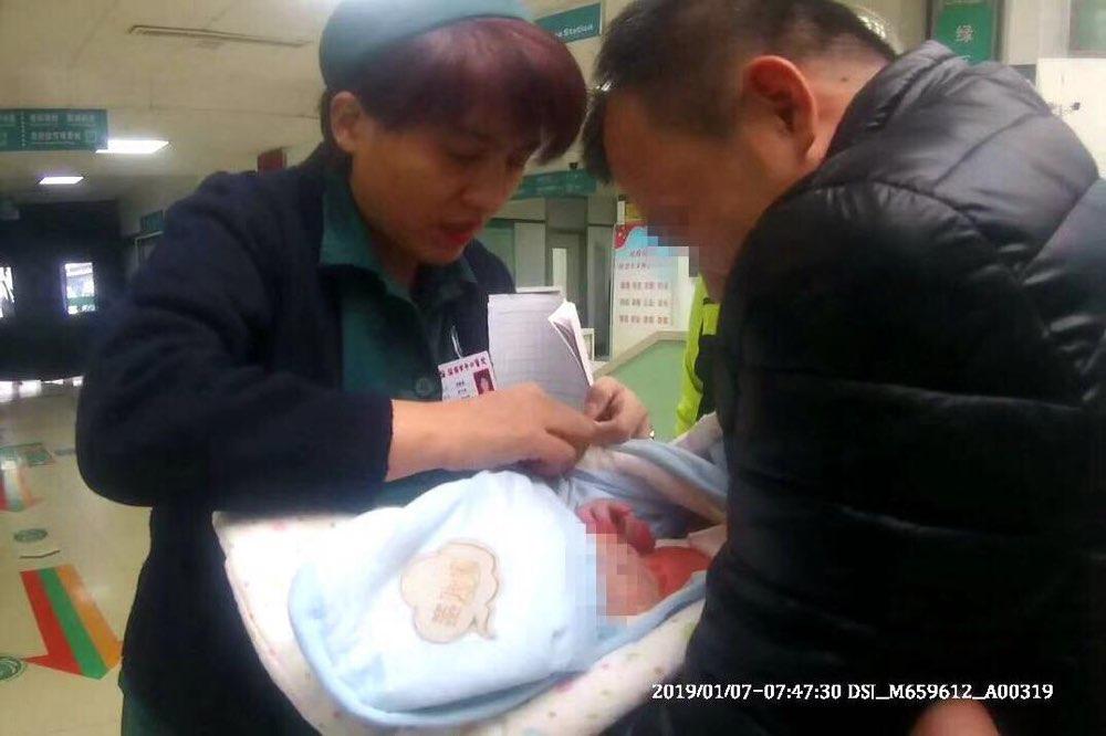 急!出生3天婴儿被烫伤 淄博交警开绿色通道送医救助