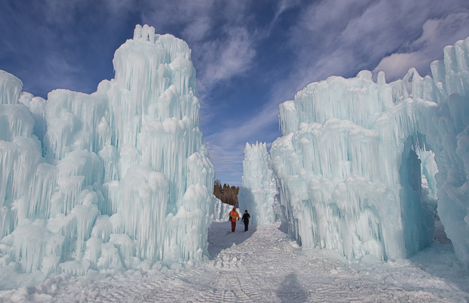 组图:冰刺倒挂宛若天成 加拿大这座冰雕城堡很吸睛