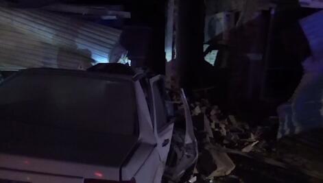 24秒丨菏泽一轿车冲进路边房屋,车辆严重受损房屋倒塌
