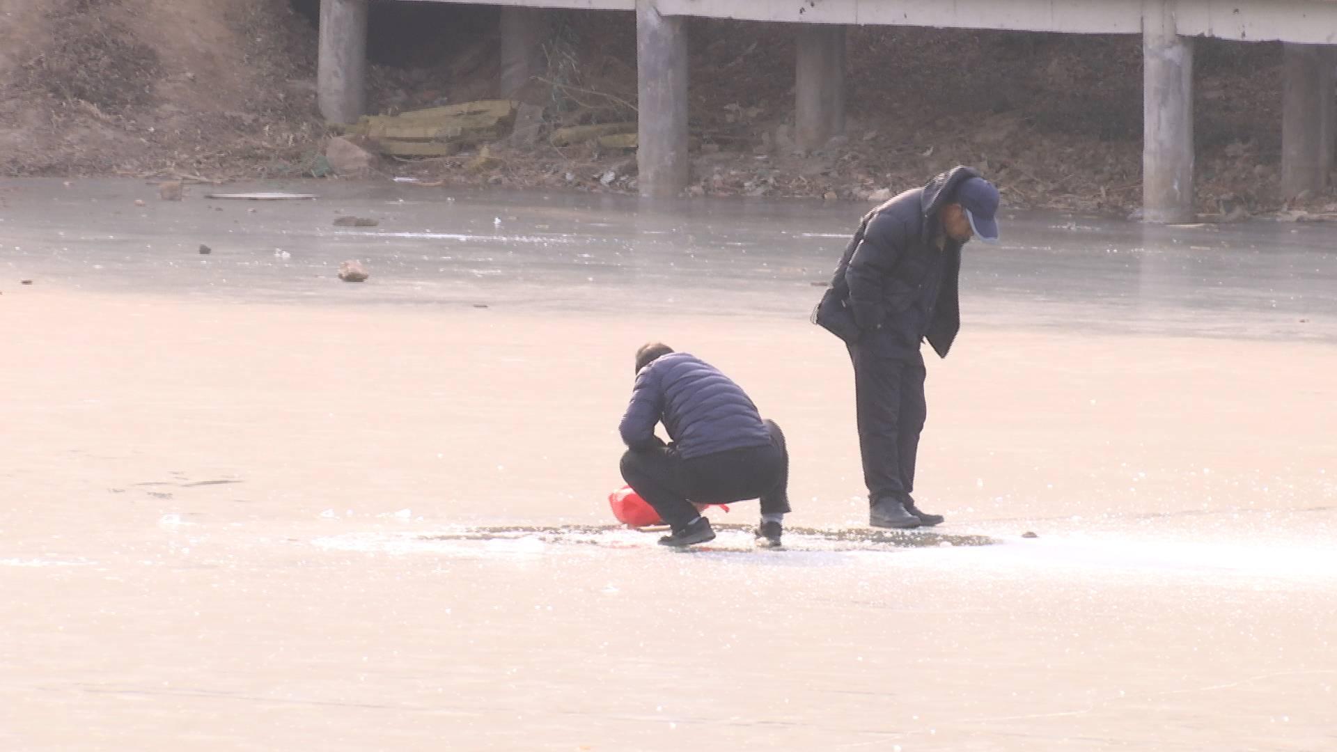 65秒|危险!济南腊山分洪道有人砸冰摸鱼 还有孩子