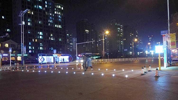 16秒丨感应式智慧斑马线来滨州啦!行人过马路就自动发光