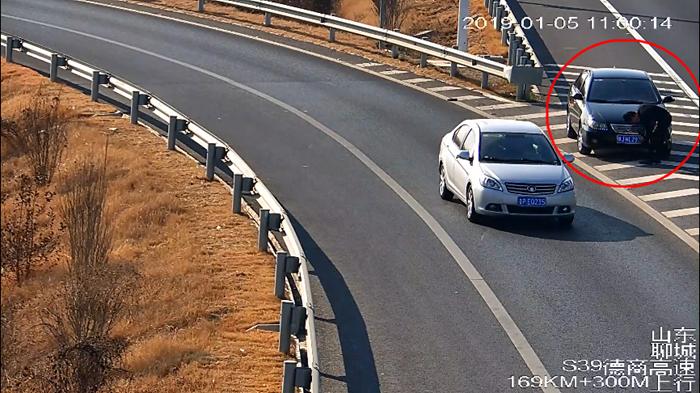 63秒|罚款5200元记24分拘留15日,这位司机在高速上干了啥?