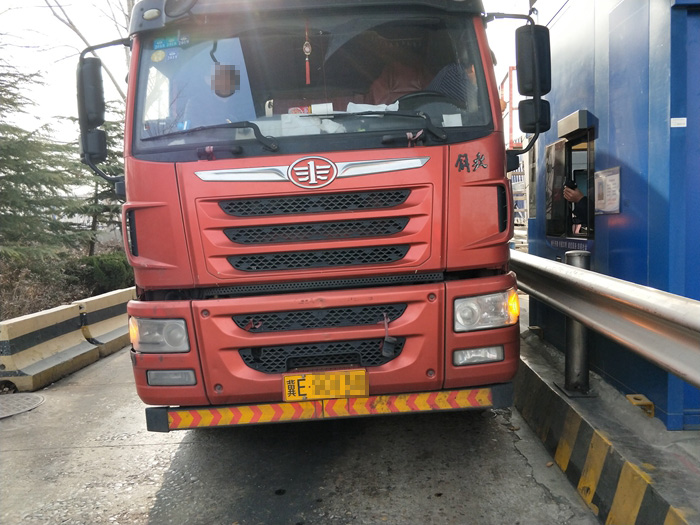 超载大货车偷偷卸了3包货企图蒙混过关 被聊城交警识破