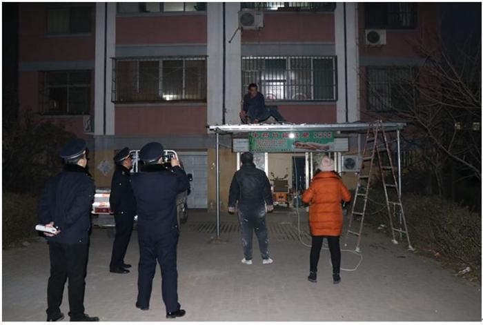 临清一小区居民占用公共用地搭建房屋 执法人员依法查处