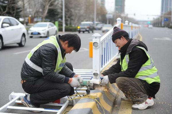 @日照人 济南路东段调整优化三处护栏开口