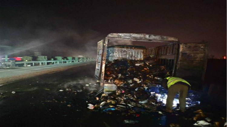 31秒丨快递货车高速公路自燃 泰安高速交警紧急救助