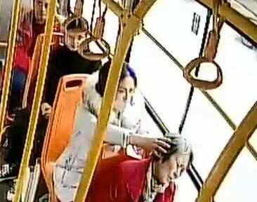 """暖心!青岛一老人公交车上睡着 后排女孩一路""""手护"""""""