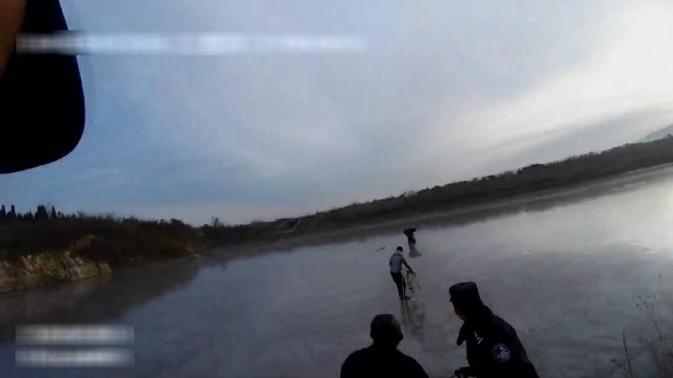 63秒丨暖心!80岁老人意外滑入水库冰面 众人协力齐营救