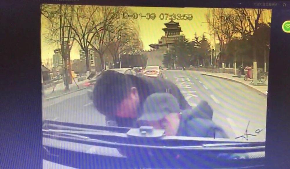 惊险!老人跌倒在公交车前 众人全程齐救济