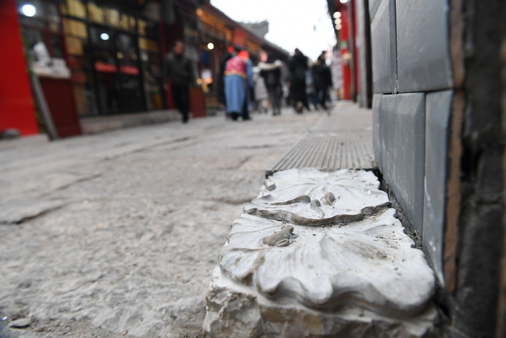 """青蛙、蝌蚪、荷花!济南芙蓉街多了许多""""硌脚""""石雕"""