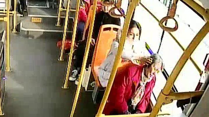 """暖心!老人乘公交车打盹,青岛""""最美女孩""""一路""""手护"""""""