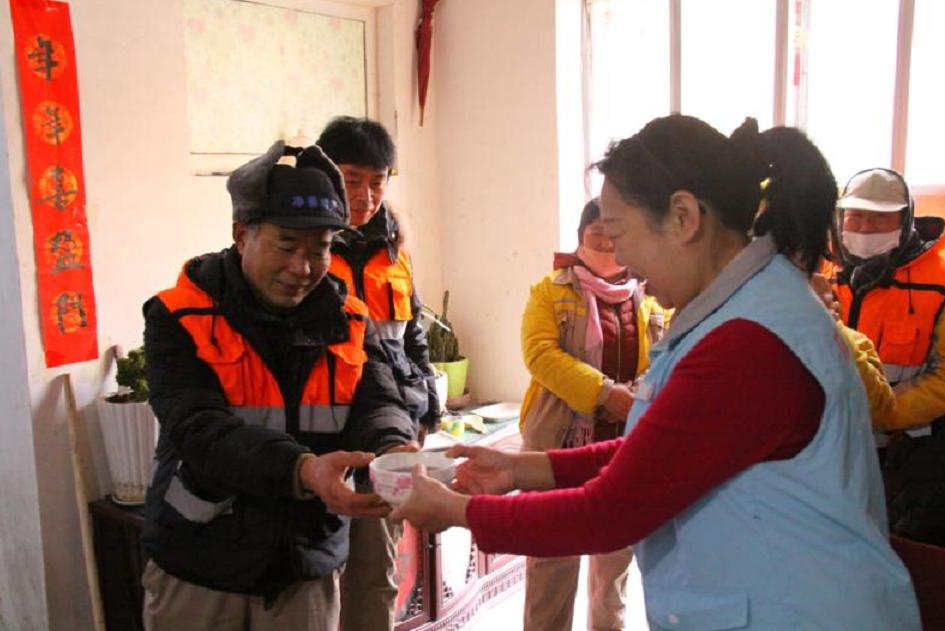 """青岛:街道志愿者送腊八粥点赞""""城市美容师"""""""