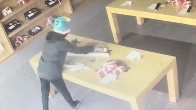 现实版《无名之辈》!男子撞烂门抢劫 店员:丢的全是模型机还没玻璃门贵