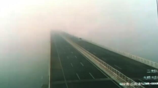 21秒丨大雾封锁收费站 穿梭青岛海湾大桥犹如通往仙境