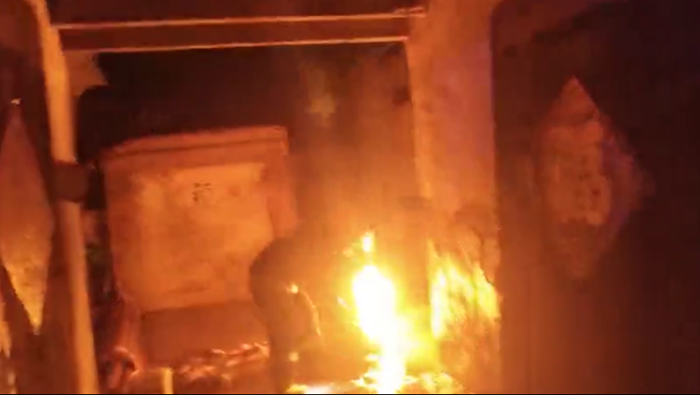 38秒丨聊城一居民家中煤气罐起火 消防员顶烈焰徒手关阀门