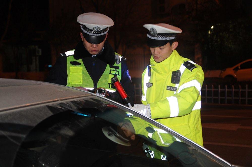 """酒驾可收获惠民警察小哥哥亲笔签名,""""新年酒驾套餐""""更疯狂"""