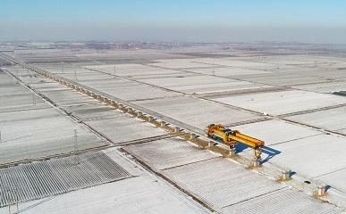 组图丨青岛气温零下十度 潍莱高铁建设者顶风冒雪施工忙