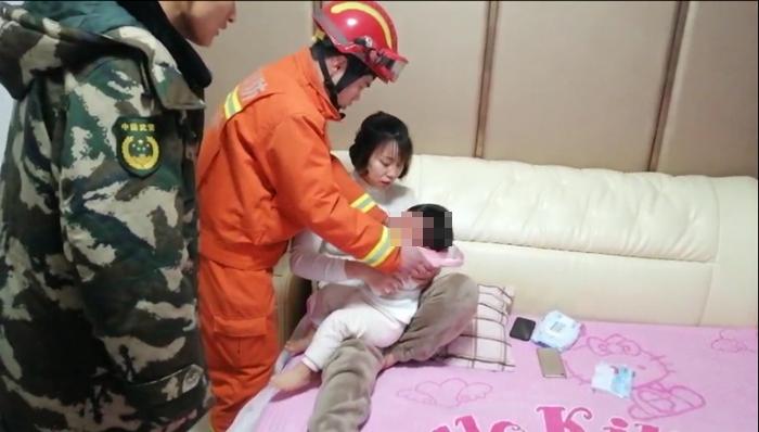 41秒丨聊城2岁幼童贪玩头卡坐便器 消防人员紧急拆解