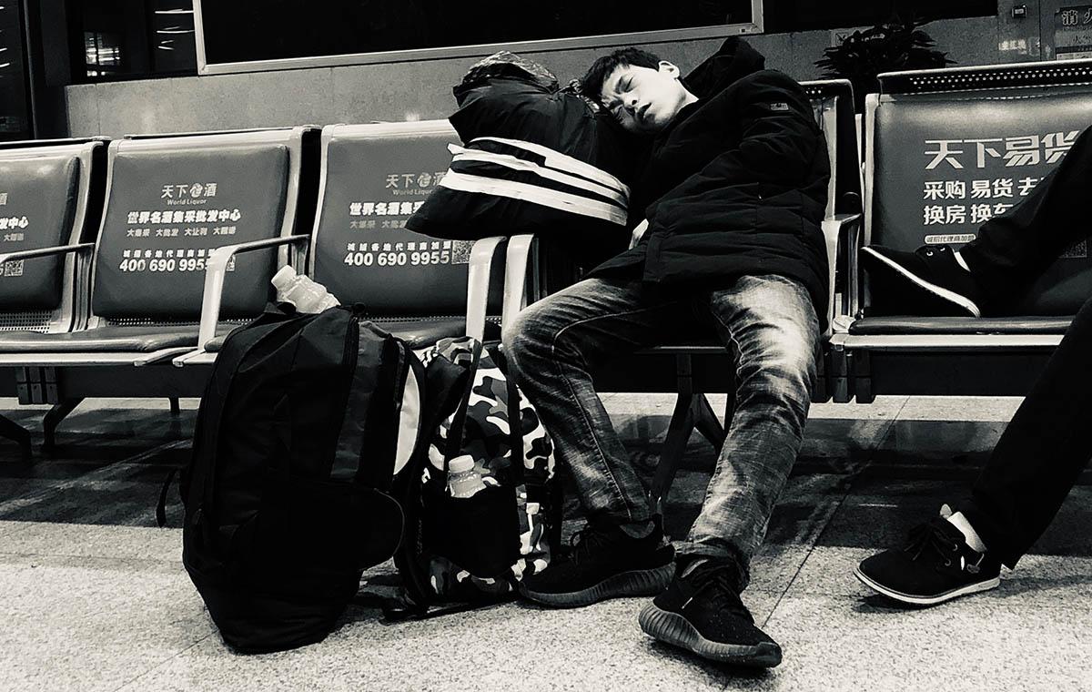 承载着家的牵挂!图片记录凌晨4点的济南火车站
