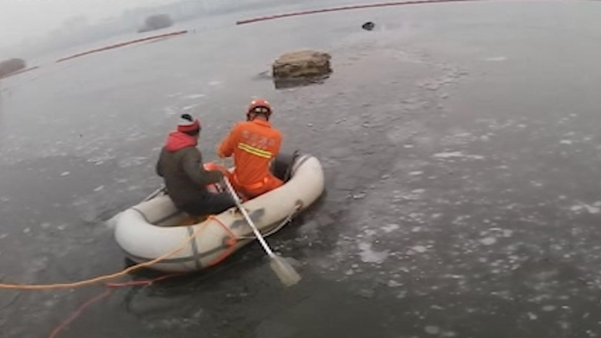 33秒丨紧急!男子冰面轻生 临沂消防10余分钟成功营救