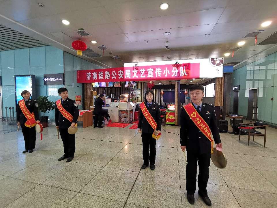 温暖回家路,铁路民警自发成立文艺宣传小分队为旅客送祝福