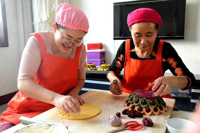 40秒丨蒸花糕迎新年!聊城这对婆媳自创多彩果蔬花糕