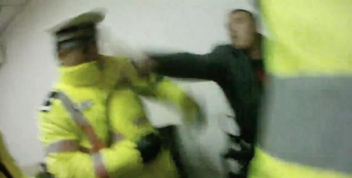 聊城一男子因工友酒驾被罚 辱骂殴打民警被行拘9日