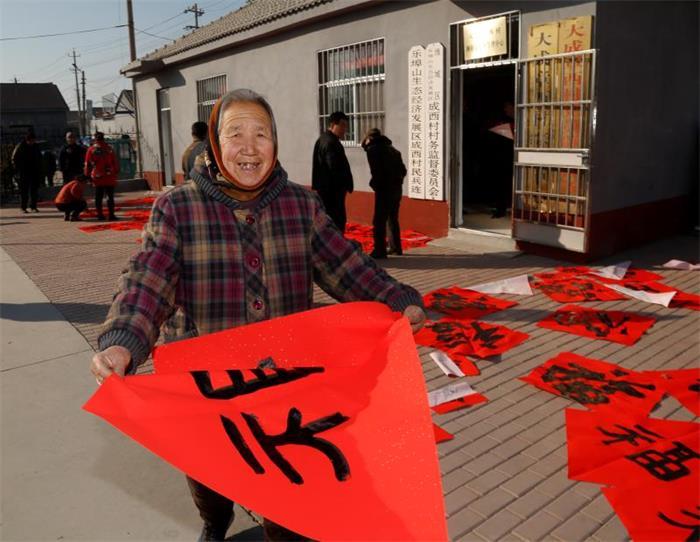 挥毫泼墨喜迎新春 潍坊书画名家写春联送书画送文化下乡图片